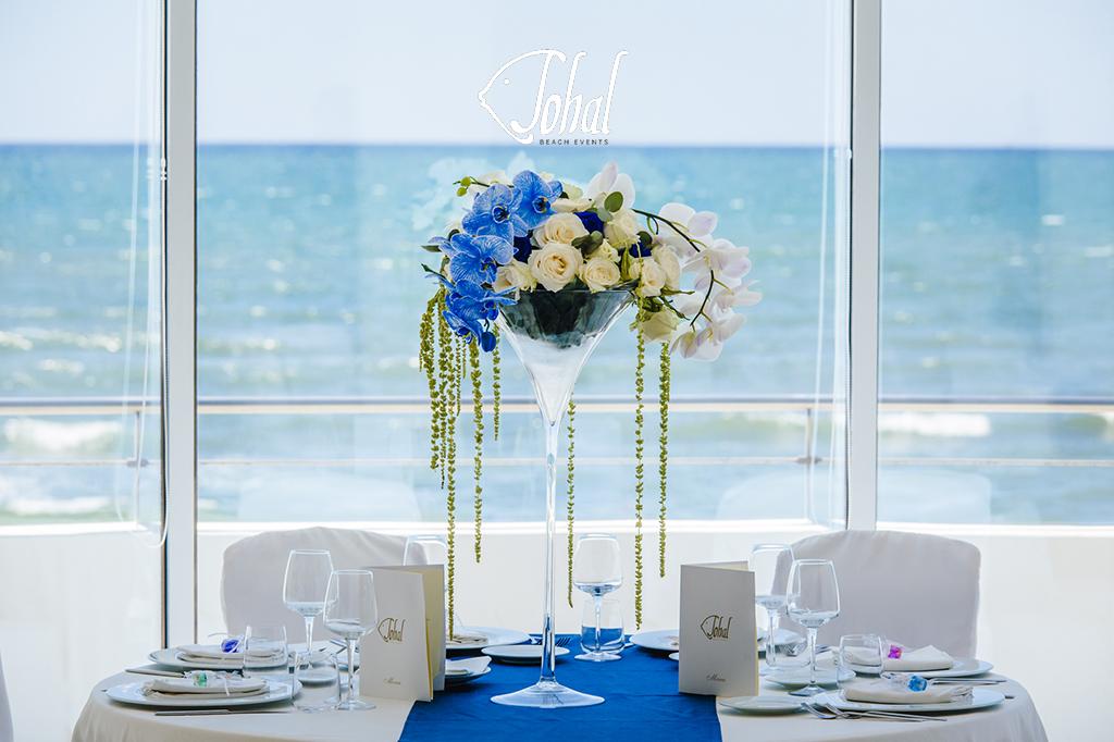 f4791f9c7e4a Centrotavola minimale e moderno. Per caratterizzare e personalizzare questo  matrimonio in spiaggia ...