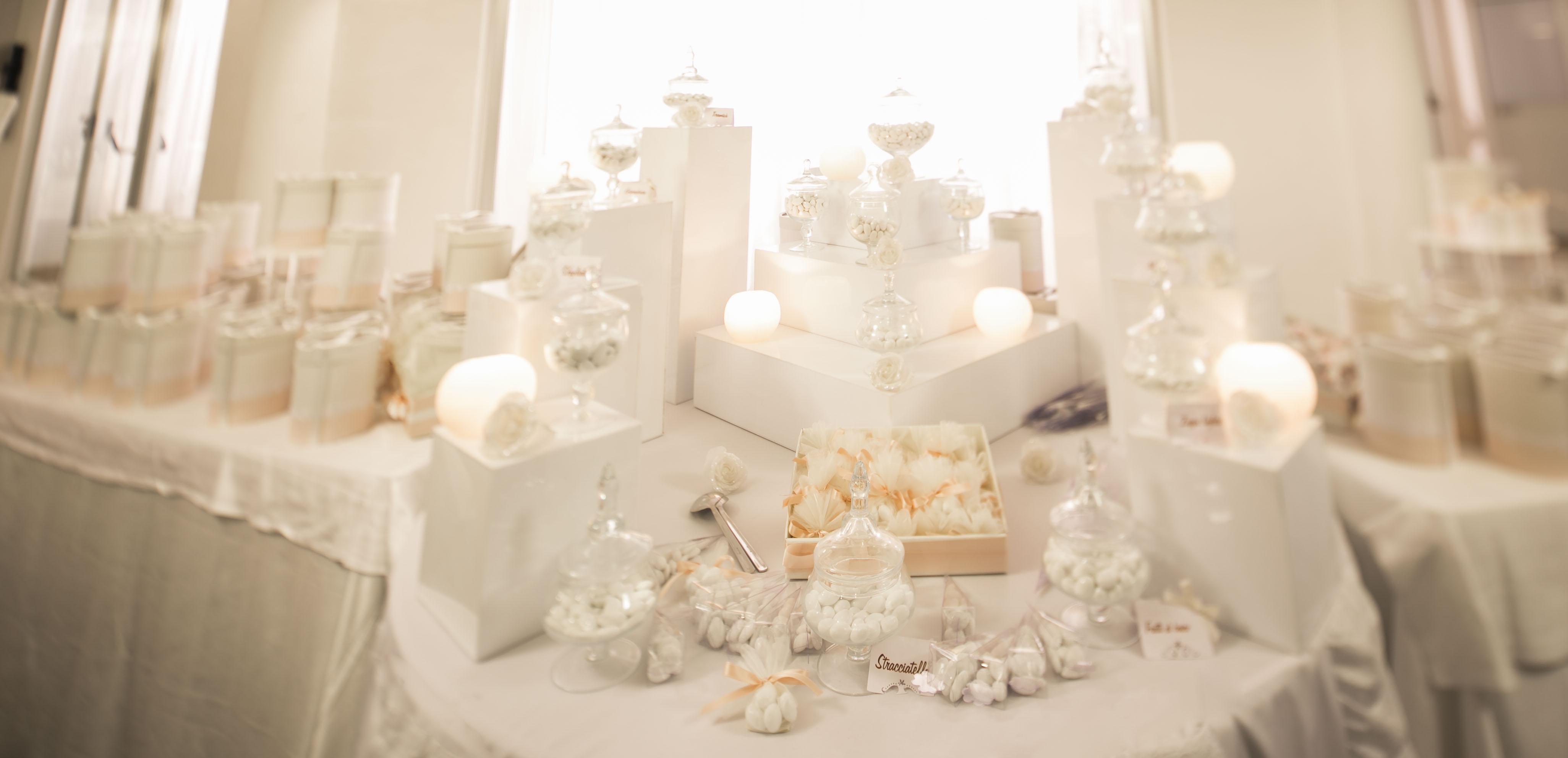 Tema Per Un Matrimonio Elegante : Confettata luminosa ed elegante di un matrimonio in