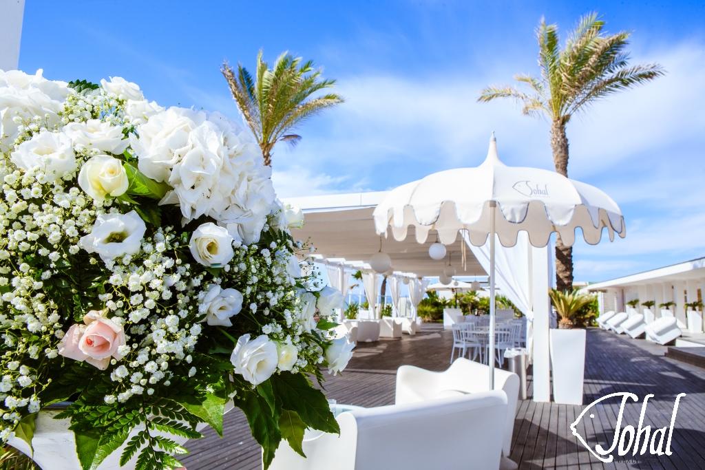 02afce5b288e Allestimenti floreali di un matrimonio in spiaggia. Eleganza e ...