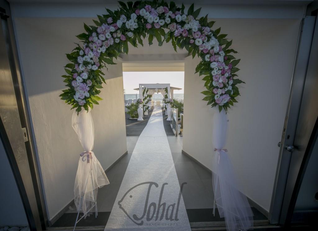 Matrimonio Sulla Spiaggia Campania : L arco fiorito dell amore attende ingresso degli sposi