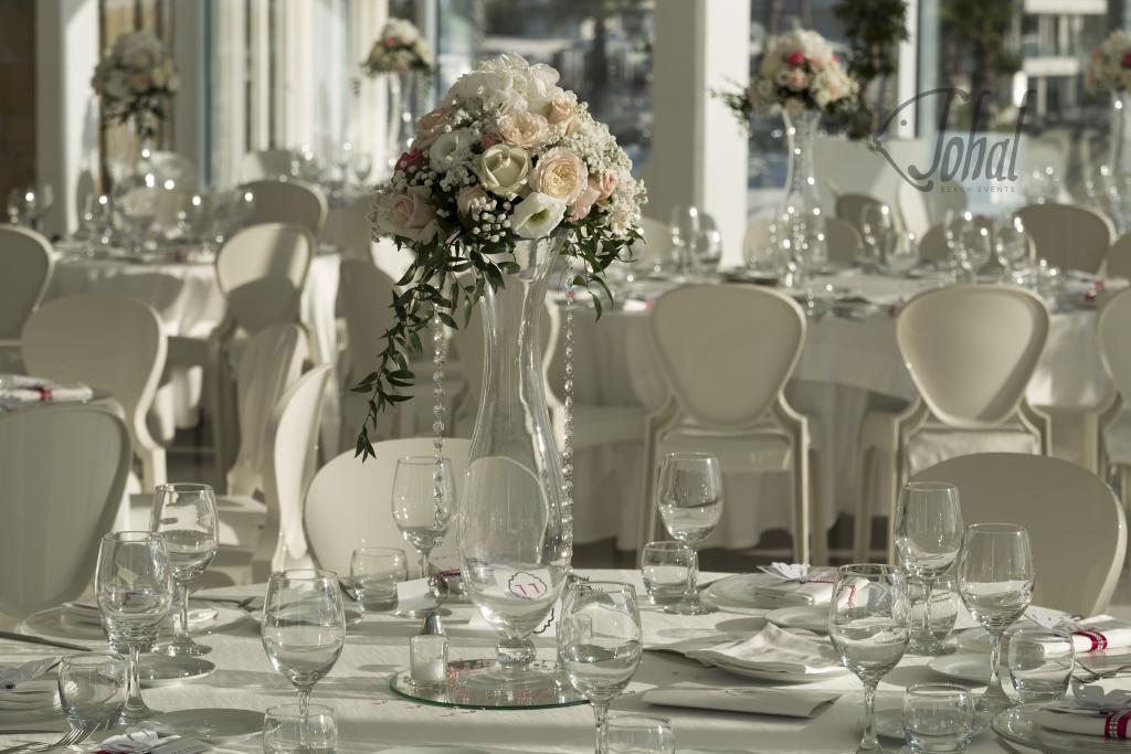 fa1f770a14c7 Un centrotavola romantico è il perfetto allestimenti di un tavolo per un  matrimonio in spiaggia emozionante. Un centrotavola romantico verrà  realizzato ...
