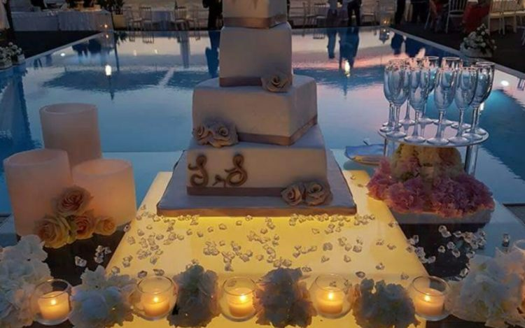 torta nuziale a bordo piscina