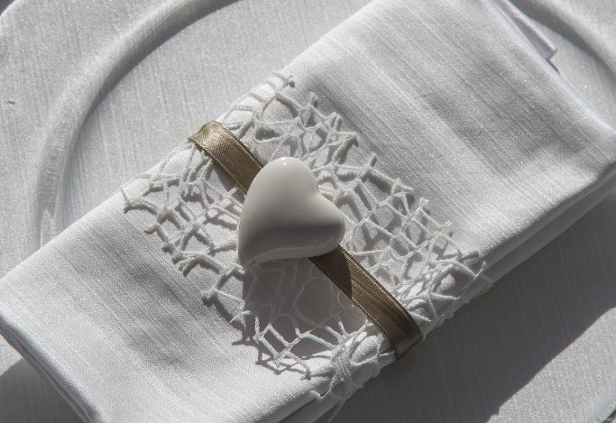 Segnaposto con i gessetti profumati - cuore raso su tovagliolo