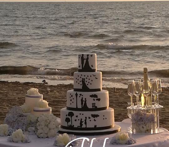 taglio della torta nuziale taglio della torta nuziale in riva al mare