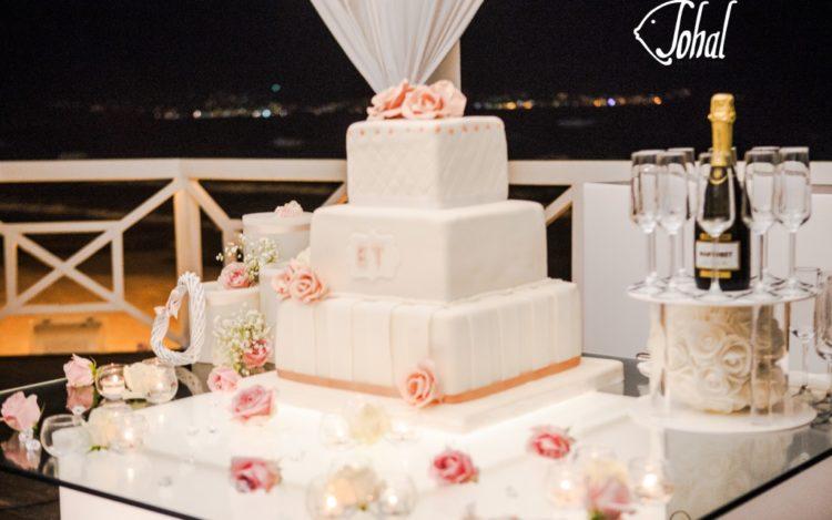 torta nuziale in riva al mare