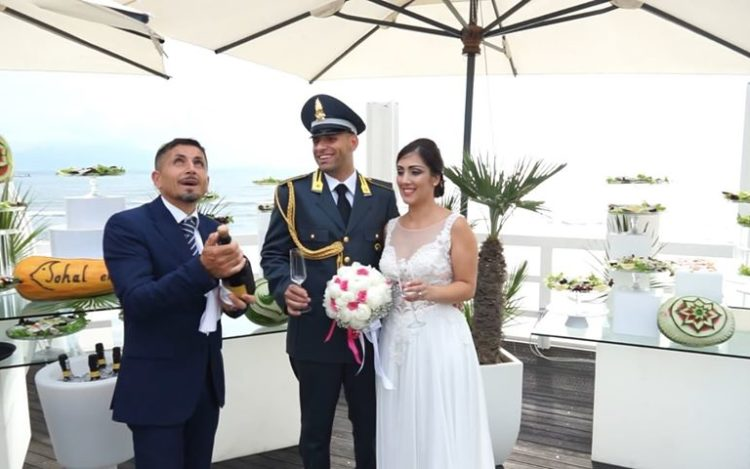 matrimonio in spiaggia in alta uniforme